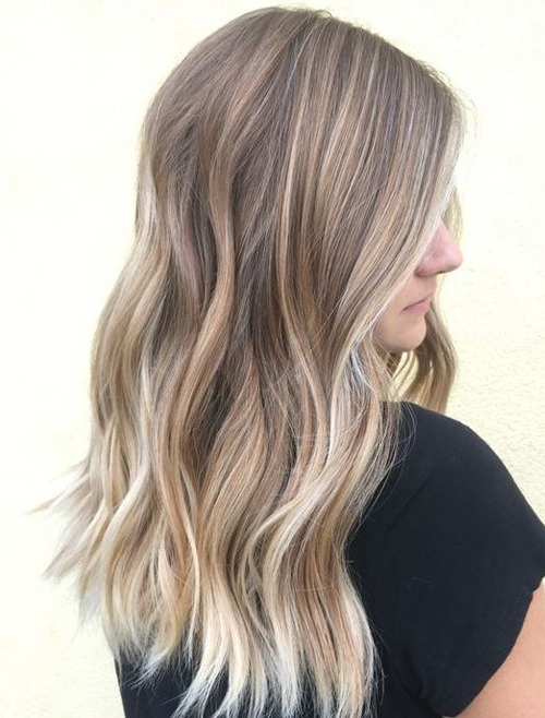 Trendige, lang schichtige Frisuren mit blonden Highlights