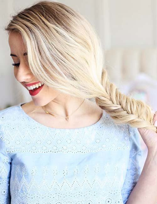 Langes blondes Haar mit seitlichem Fishtail Braid