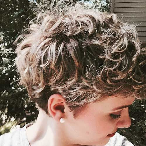 blonde highlights lockige pixie cut