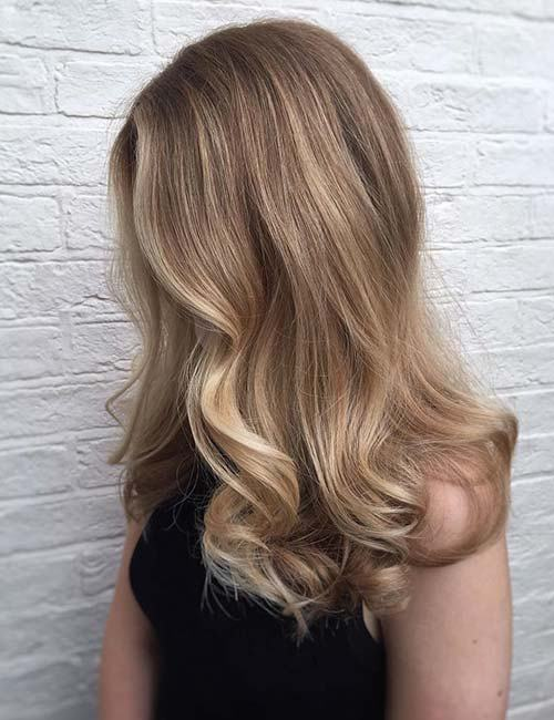 Blondes Haar mit voluminösen Locken
