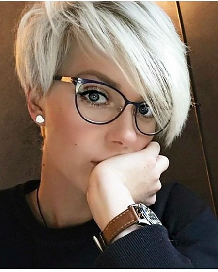 Pixie Layered Hair Grau