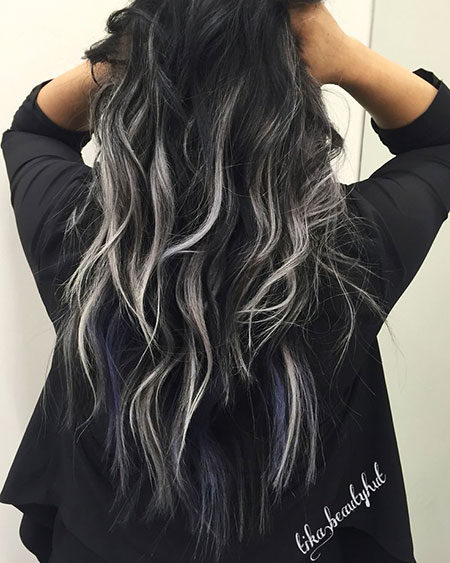 Schwarzes Balayage Silber Ombre Highlights Curly Beach