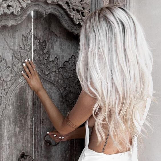 White Blonde mit Layered Waves