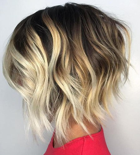 Wellenförmige blonde Balayage-Highlights